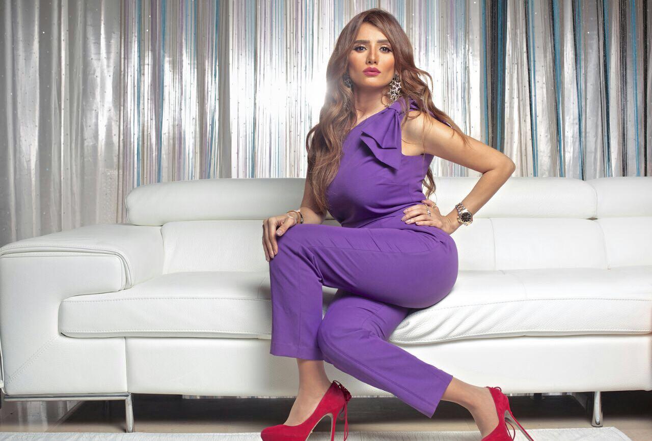 """إتهم عدد من رواد مواقع التواصل الإجتماعي الفنانة المصرية زينة بالإفراط في إستخدام """"الفوتوشوب"""" لتعديل صورها"""