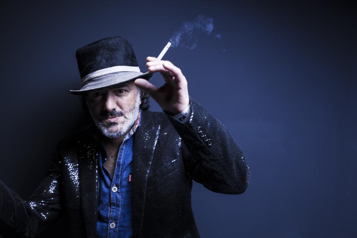 توفي المغني الجزائري رشيد طه بسبب أزمة قلبية ليلة التلاثاء بباريس عن عمر يناهز 59 سنة