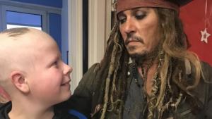 """جوني ديب يفاجئ أطفال مرضى السرطان على طريقة """"جاك سبارو"""""""