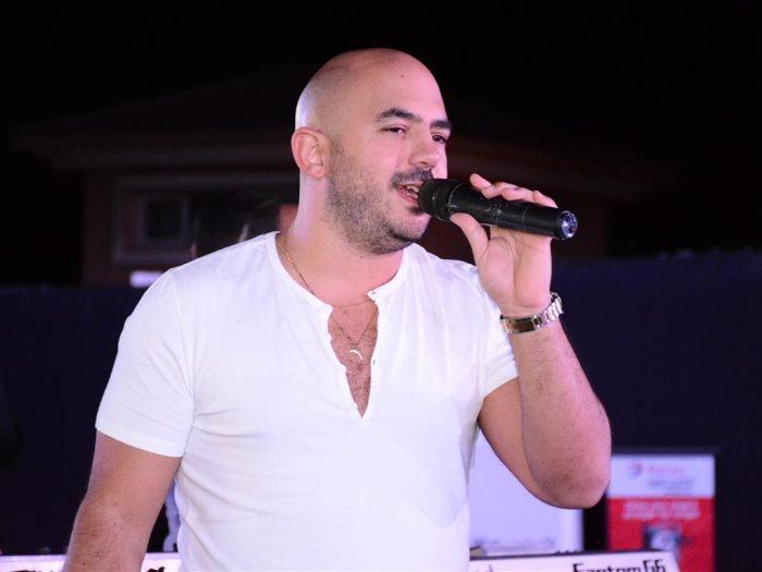 حقق الفنان المصري محمود العسيلى، حلم واحدة من معجباته، بحضوره حفل زفافها والغناء فيه