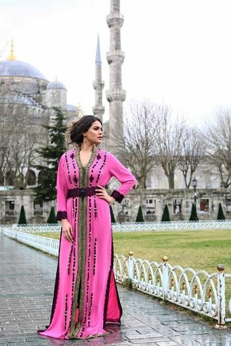 """فاجأت الممثلة التركية """"تورغوت غاي"""" المشهورة بـ """"منار"""" بطلة المسلسل التركي """"سامحيني""""، بظهورها مرتدية القفطان المغربي، في أحد شوارع العاصمة التركية إسطنبول"""